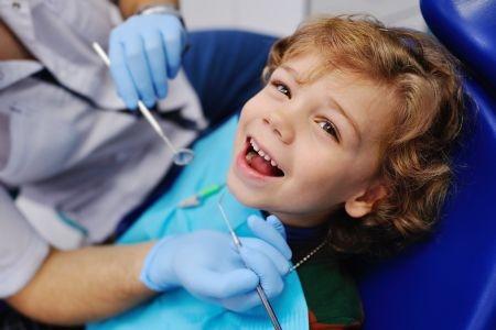 Dentista felice bambini